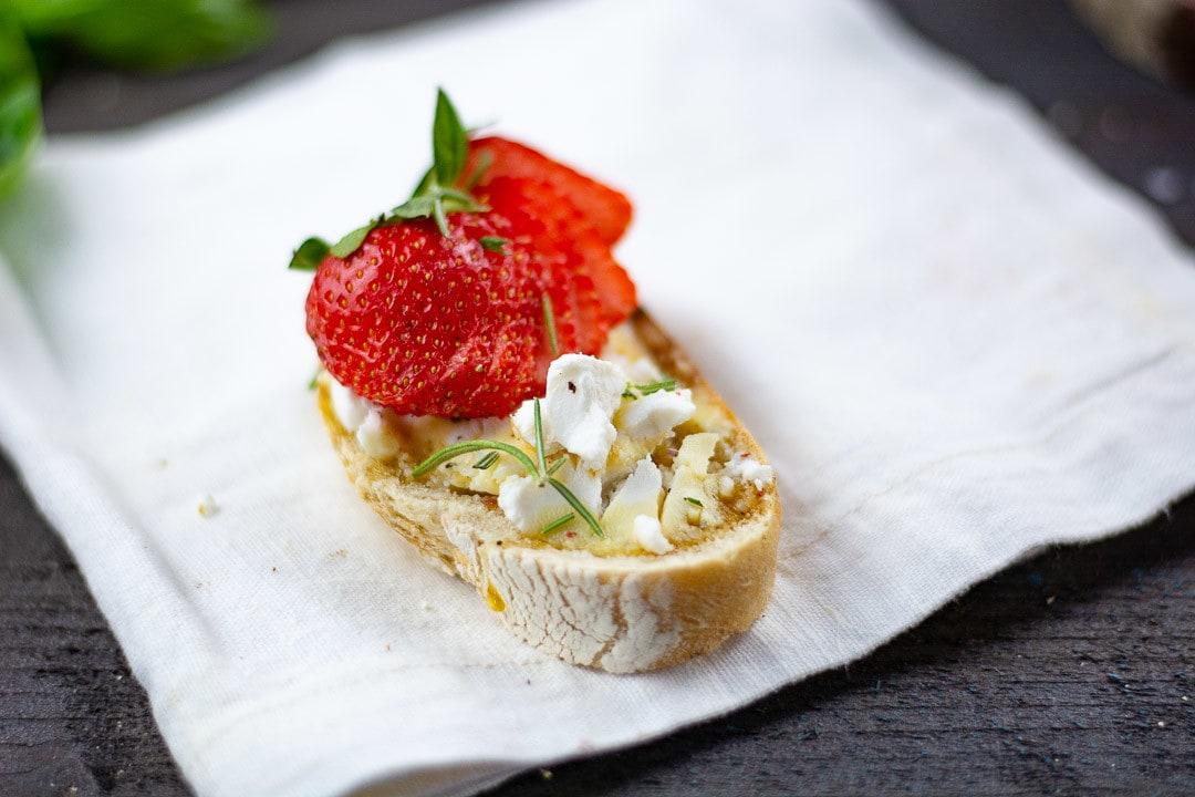 Ein Brot Bruschetta mit Erdbeeren
