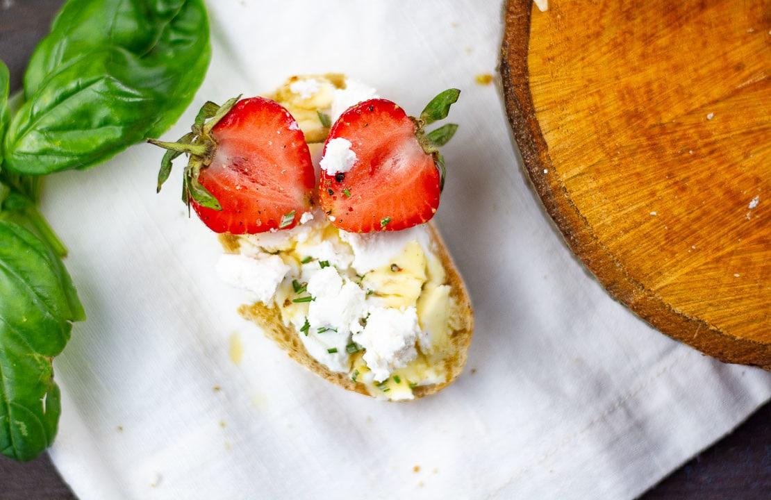 Ein Brot Bruschetta mit Ziegenkäse und Erdbeeren