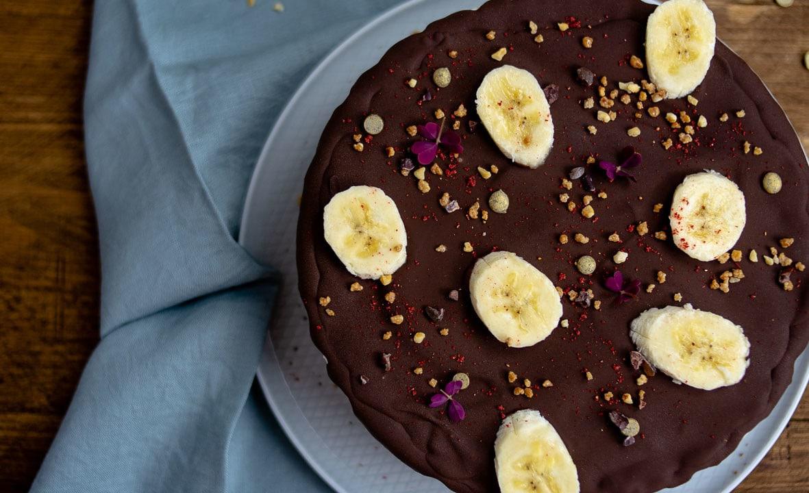 Die Eistorte mit Schokolade von oben auf einem Teller