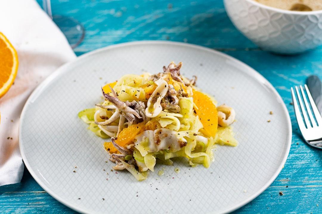 Ein Calamari Salat mit einer Gabel