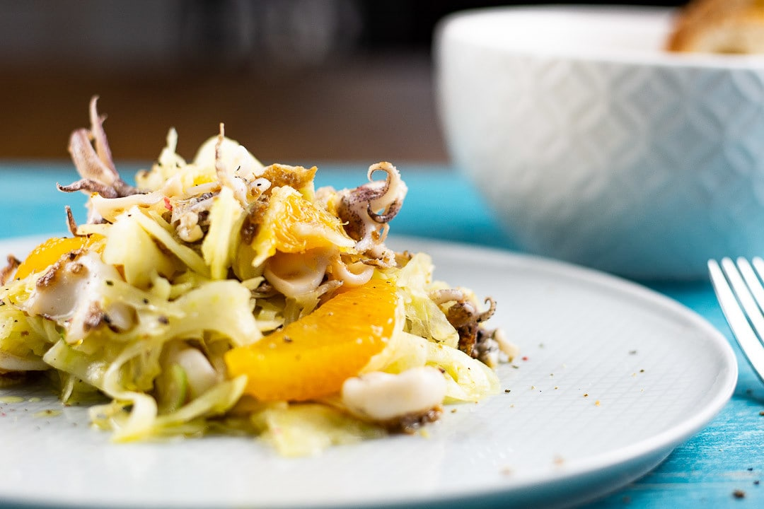 Ein Fenchel Salat mit Calamares auf dem Teller