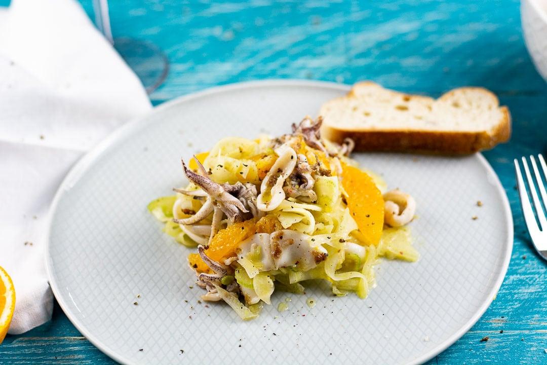 Ein Teller mit Calamari Salat, Fenchel und Orangen