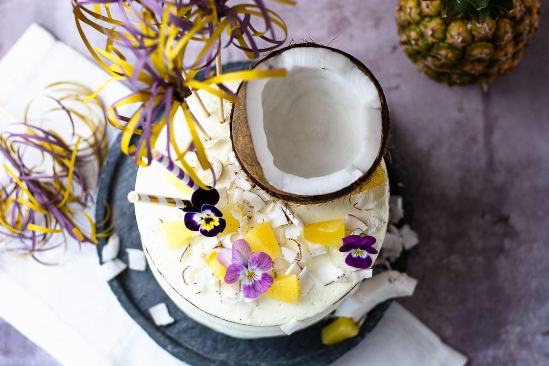 Eine Kokosnuss auf einer Torte mit viel karibischer Dekoration