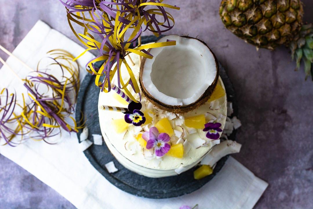Eine Pina Colada Torte mit einer halben Kokosnuss