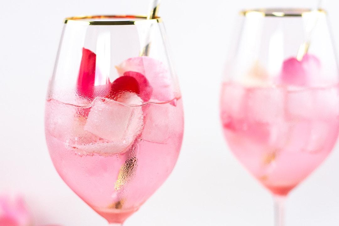 Eine Nahaufnahme des Cocktails in einem Glas mit goldenen Rand