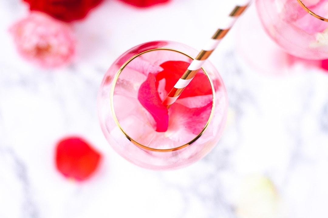 Der Rose Cocktail von oben. Es steht ein goldener Strohhalm aus dem Glas