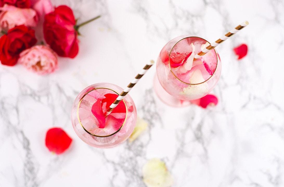 Der Rose Cocktail von oben. Man sieht Rosenblätter im Cocktail