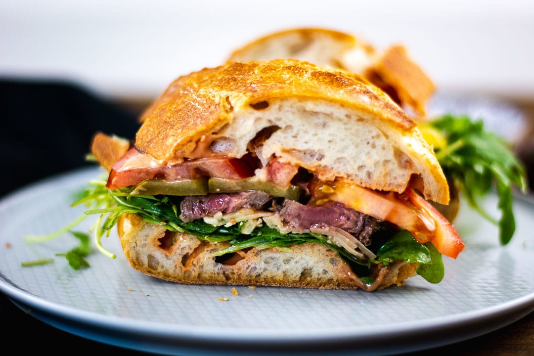 Ein Steak Sandwich auf einem Teller
