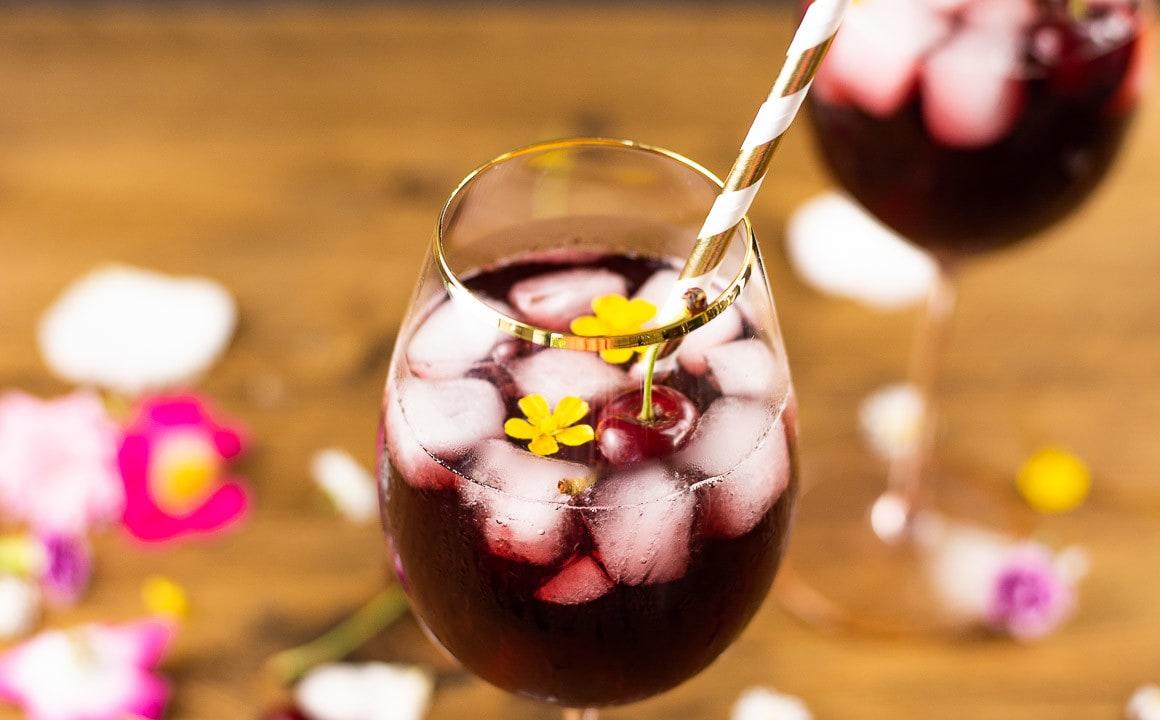 Ein Kirschwasser Cocktail in der nahaufnahme