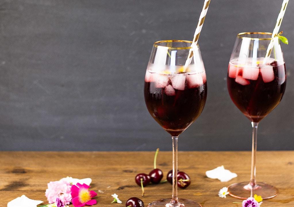 Zwei Gläser gefüllt mit einem Kirschwasser Cocktail