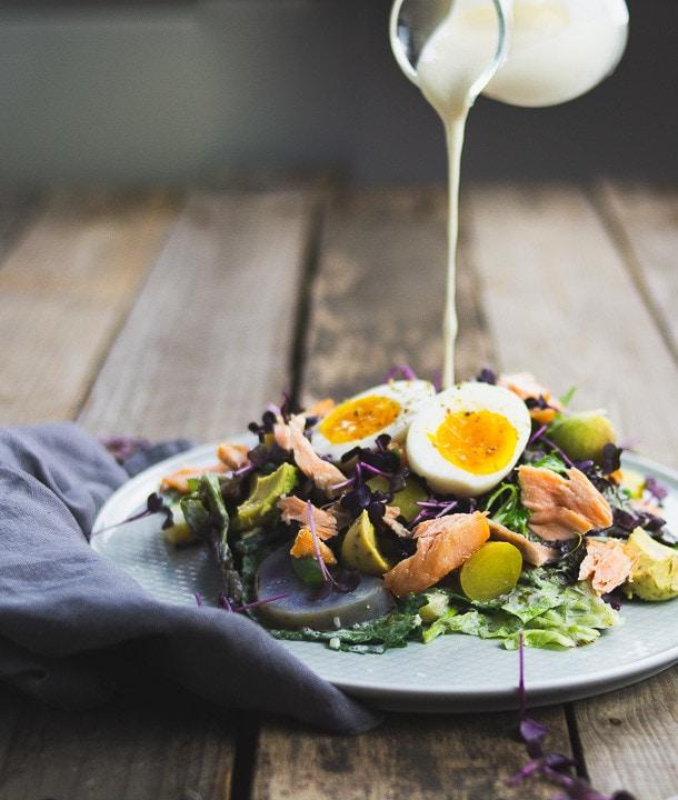 Ein leckerer Salat über den eine Salatsauce gegossen wird