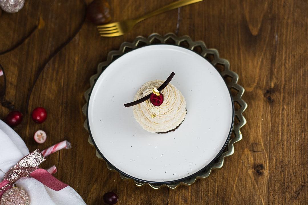 Ein Maronenmousse Törtchen von oben auf einem weißen Teller