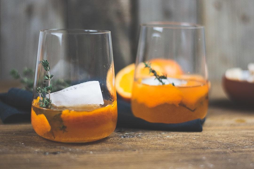 Zwei Old Fashioned Cocktails im Glas