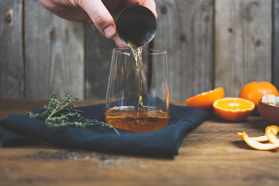 Rum wird in ein Glas gegeben