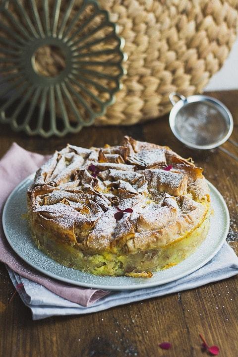 Ein ganzer Kuchen aus Filoteig auf einem Teller