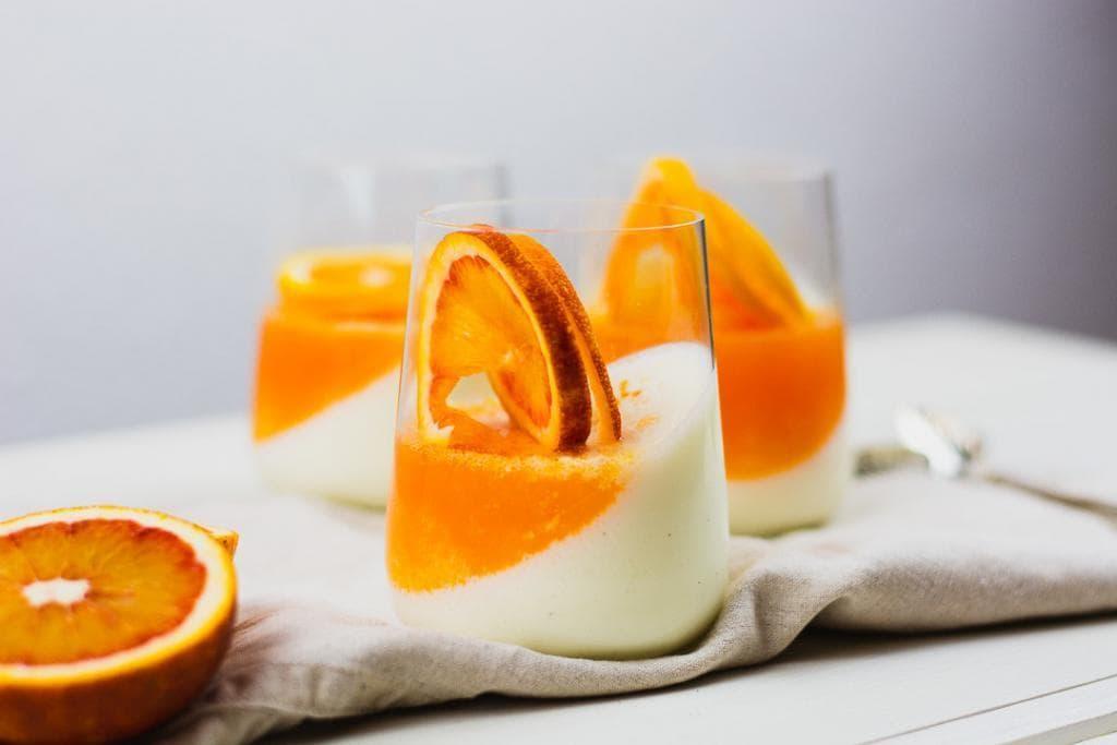 Ein Joghurt Panna Cotta im Glas
