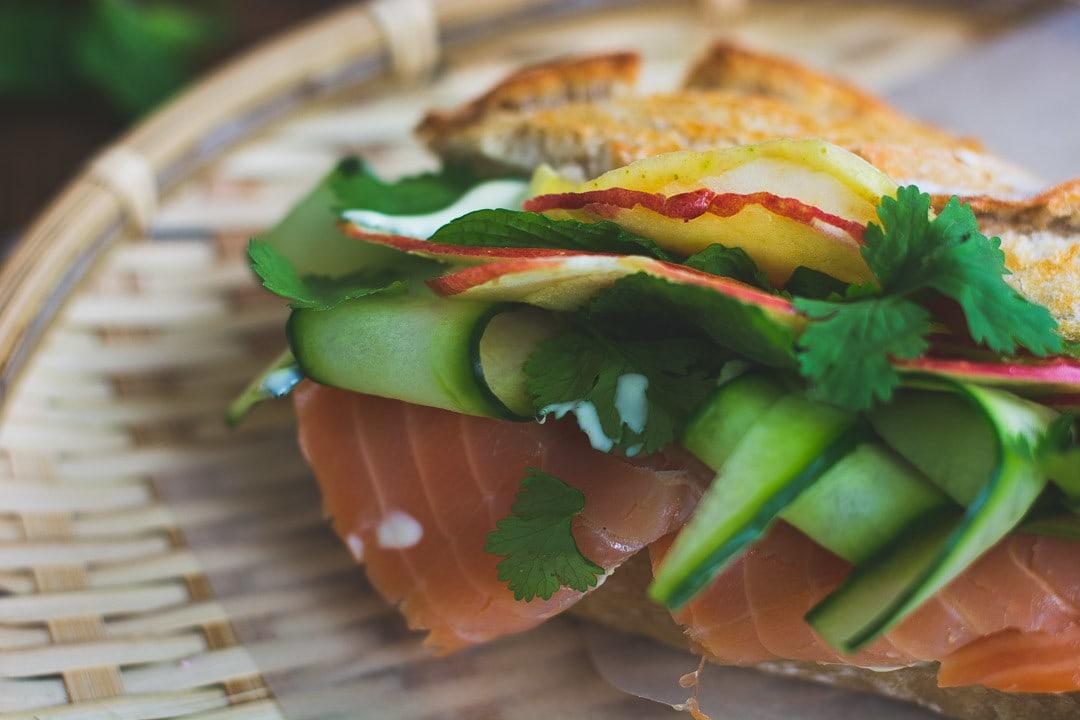 Lachs, Gurken, Apfel und Kräuter in einem Sandwich