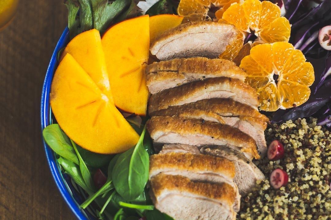Mango, Orangenscheiben und Entenbrust in der Nahaufnahme