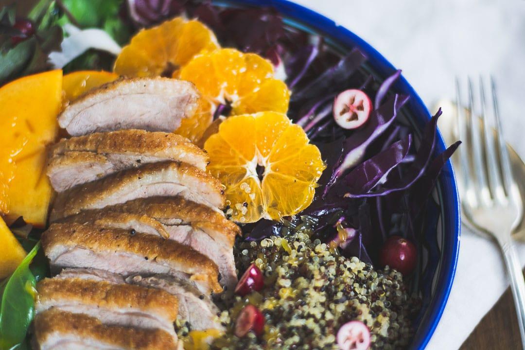 Ein Salat mit Entenbrust in einer Schüssel