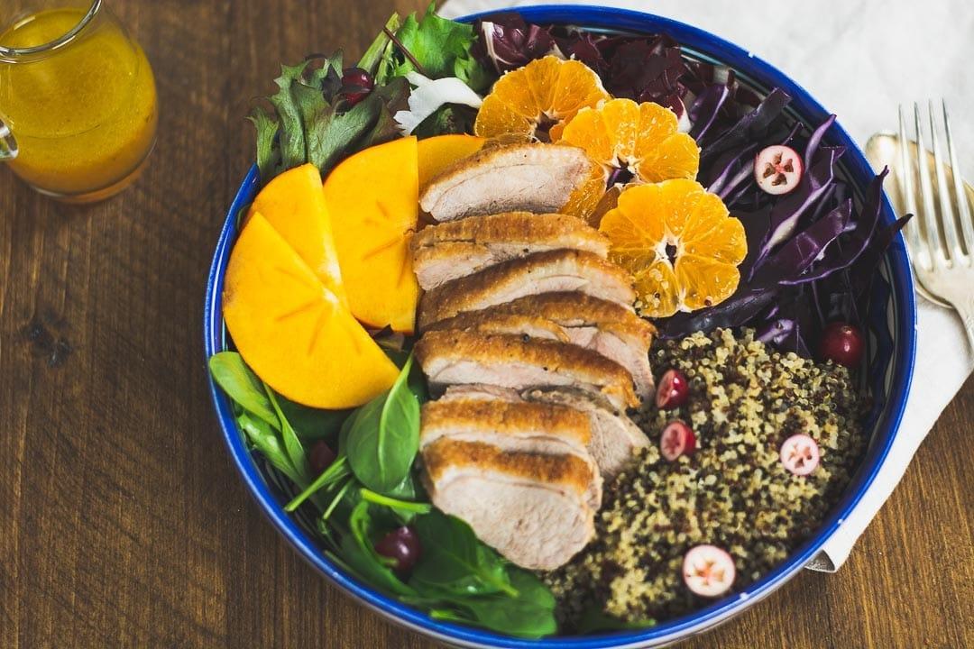 Ein Salat in einer Schüssel mit Ente