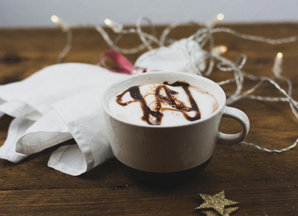 Eine Tasse cremige Heiße Schokolade