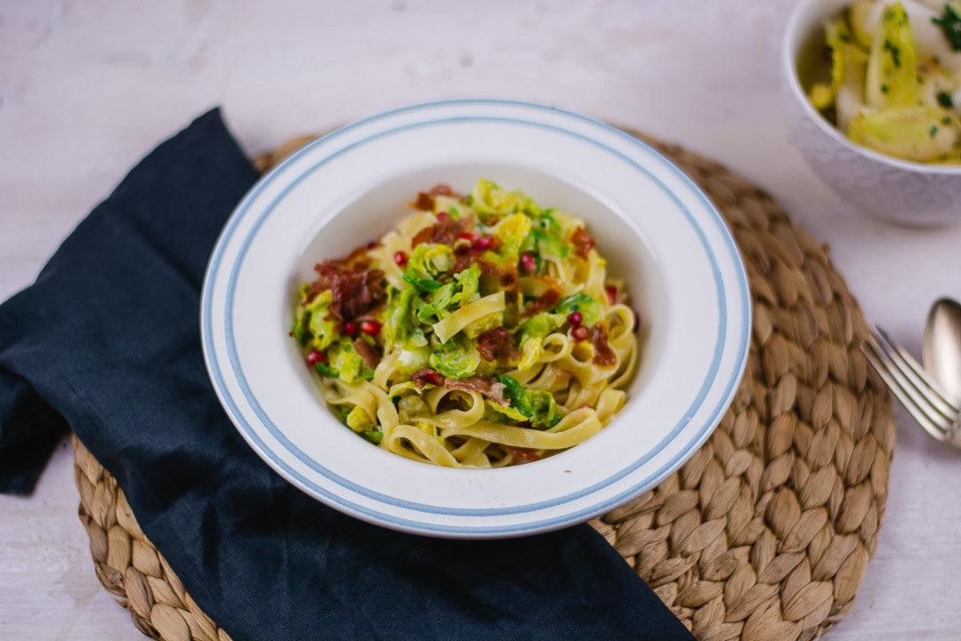 Ein Teller mit Pasta und Besteck