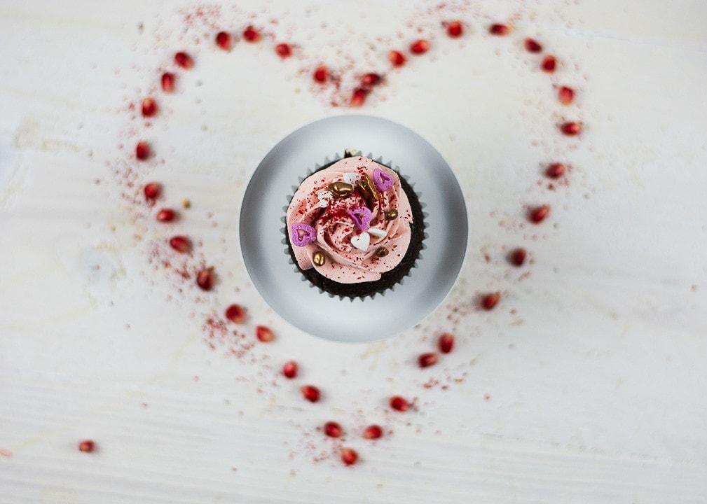 Ein Herz um einen Valentinstag Cupcake