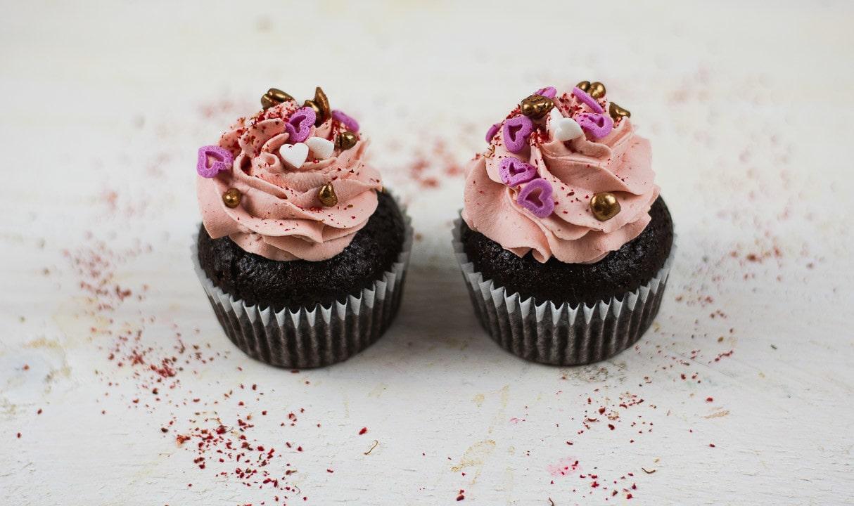 Zwei Valentinstag Cupcakes