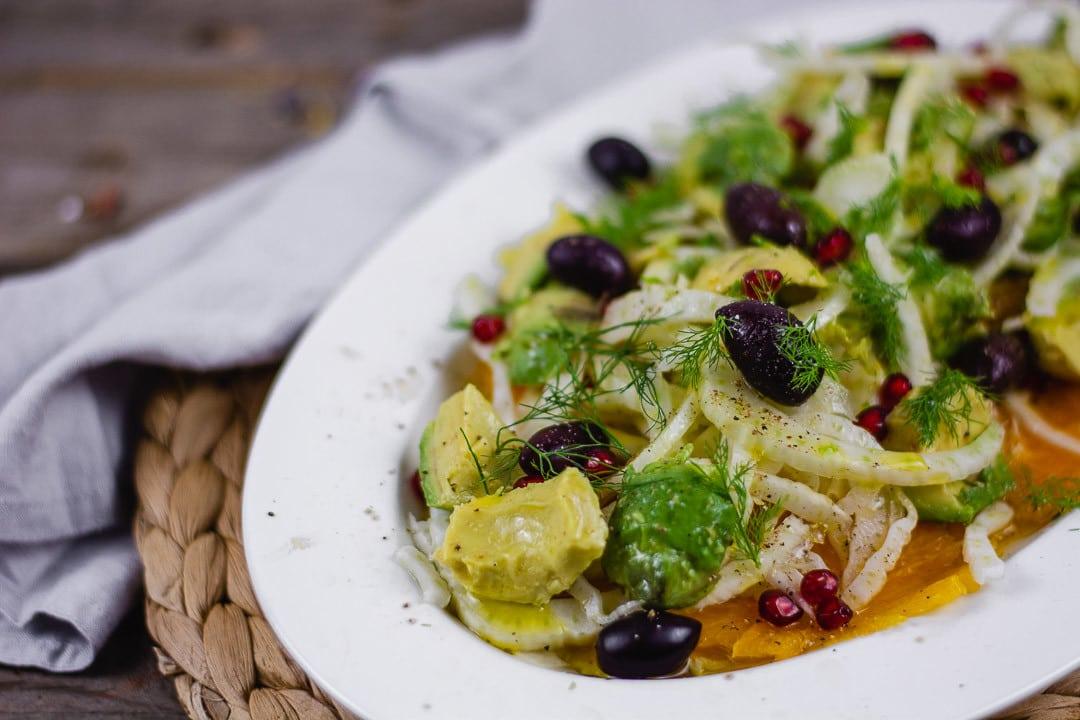 Der Fenchel Avocado Salat in der Nahaufnahme Man sieht Oliven, Fenchel und Avocado