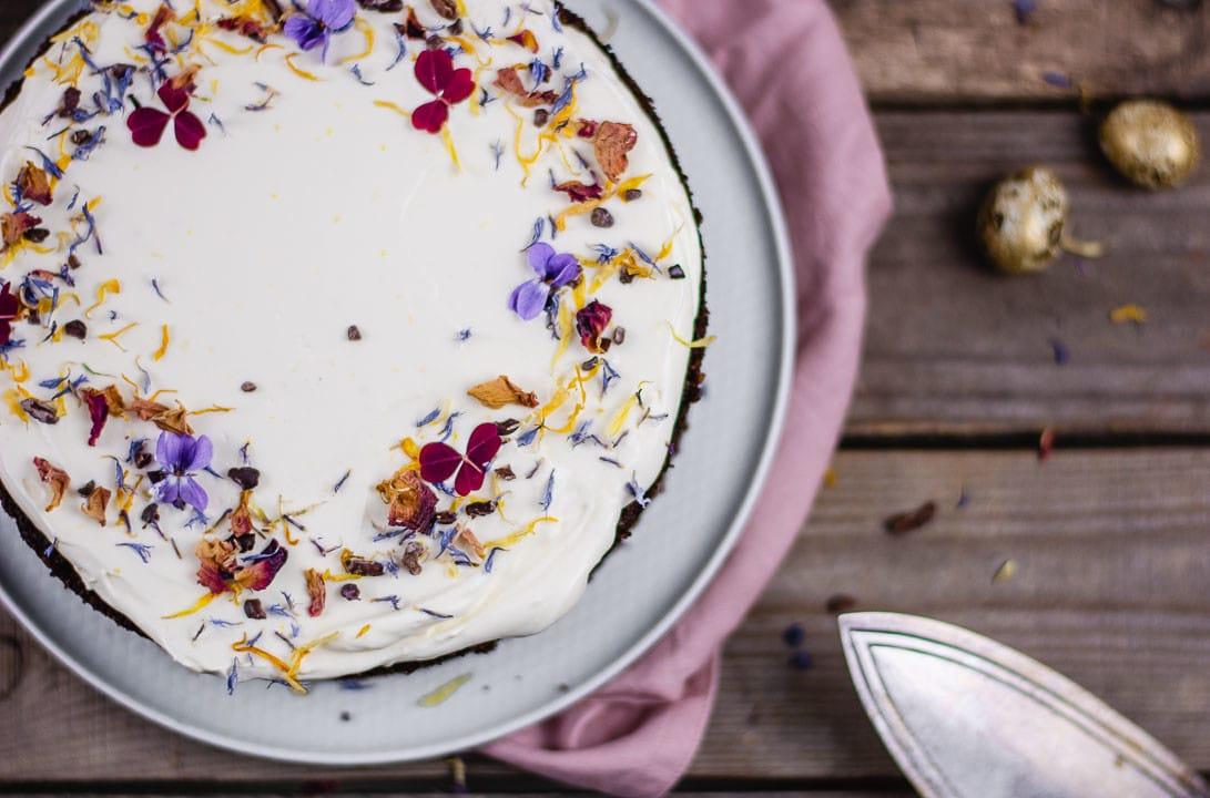 Blüten auf einer weißen Cremeschicht