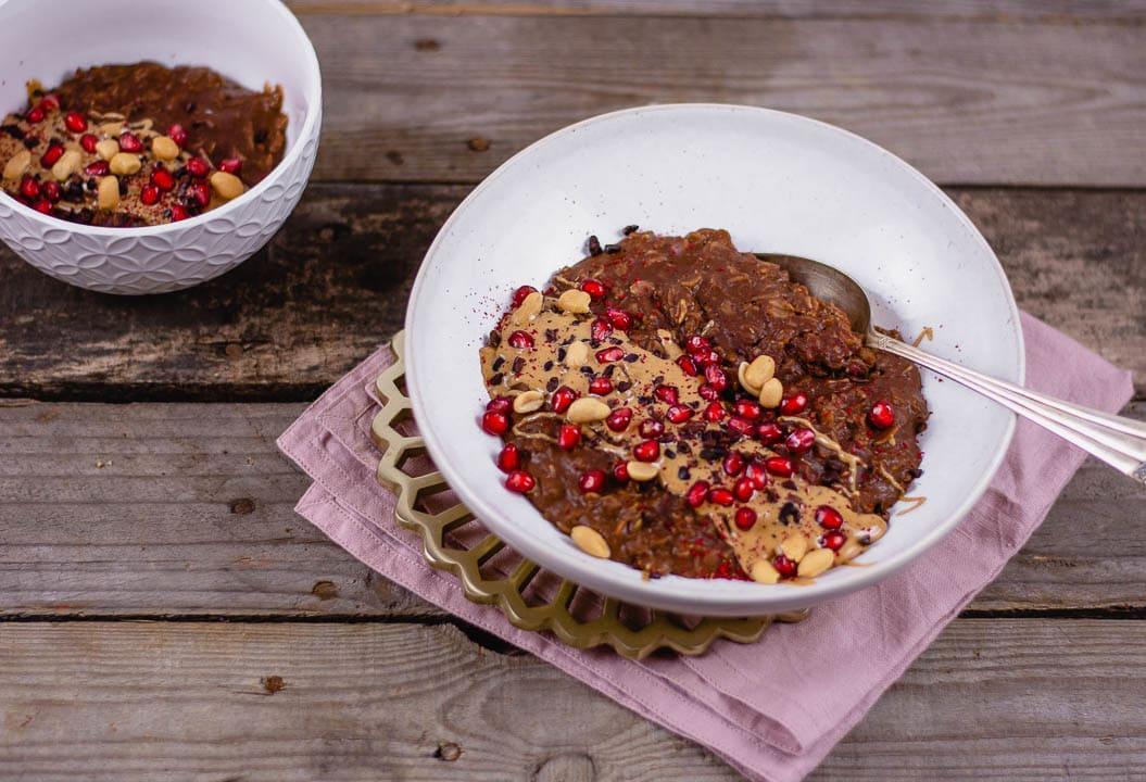 Porridge mit Erdnussbutter und einem Löffel