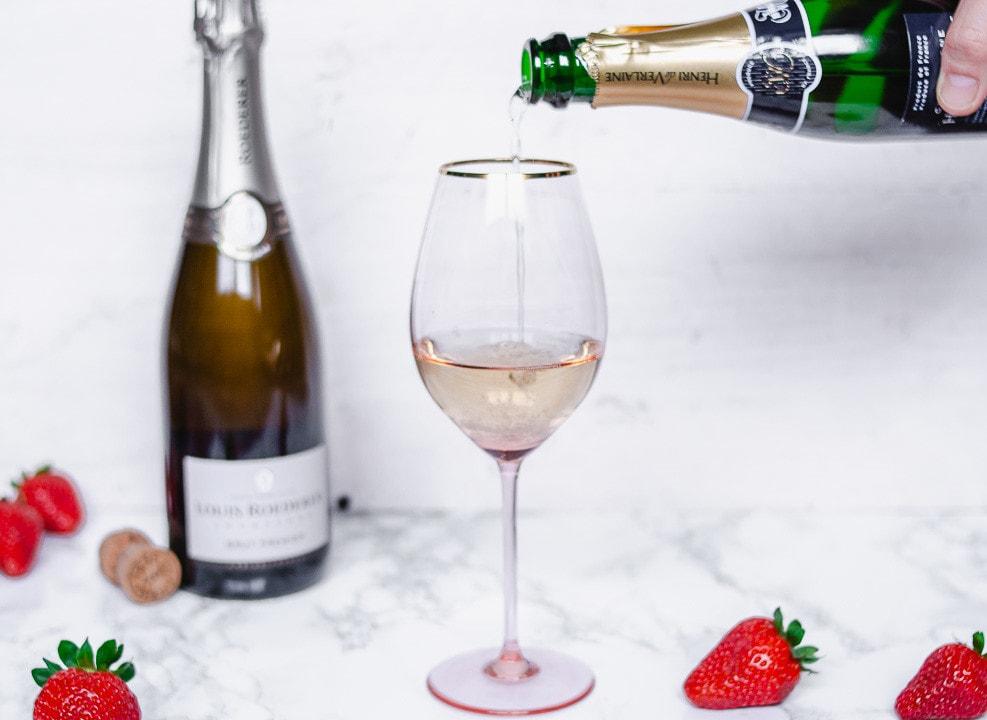 Champagner wird in ein Champagnerglas eingeschüttet