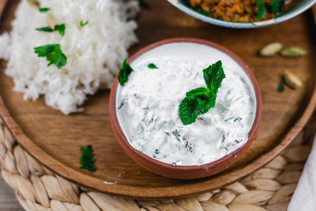 Ein Dip neben Reis auf einem Teller