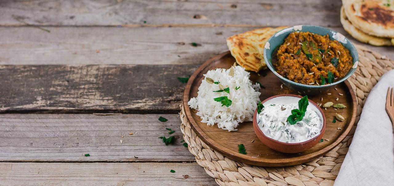 Dal Naan und Reis dekoriert mit Petersilie