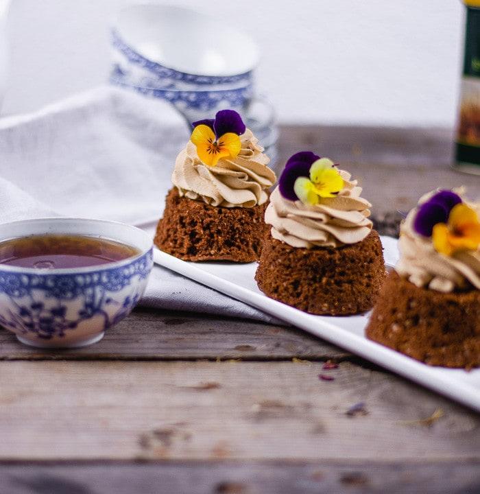 Die Earl Grey Kuchen im Fokus. Daneben steht unscharf eine Tasse Tee