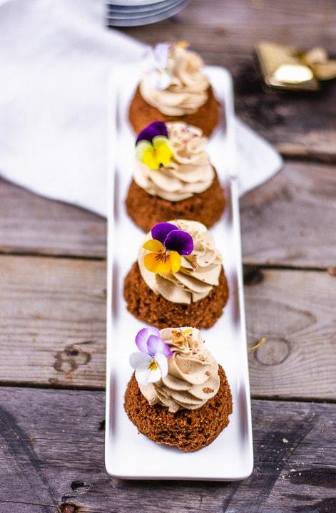 Vier Earl Grey Kuchen auf einem länglichen Teller