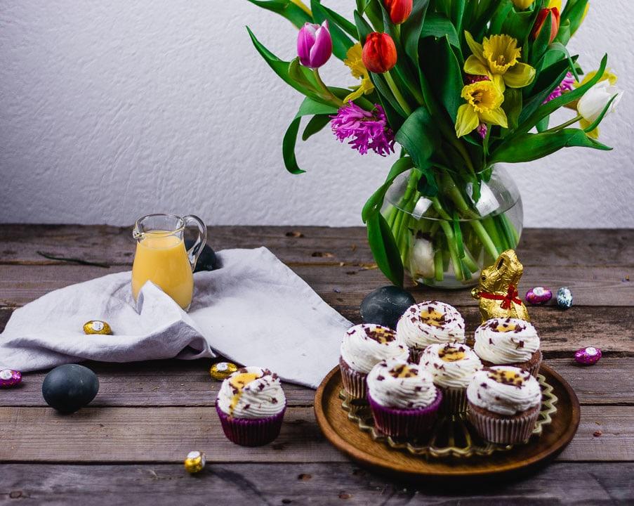 Ein schön dekorierter Tisch mit Cupcakes