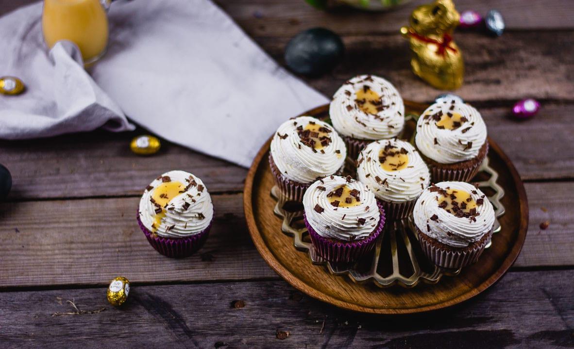 Viele Eierlikör Cupcakes auf einem Kuchengitter