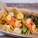 Lachs im Ofen mit Spargel & Kartoffeln – Vorbereitet in 10 Minuten (Video)