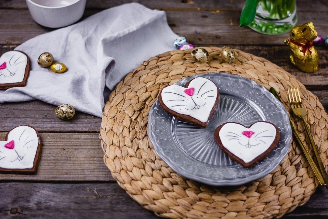 Osterhasen Kekse auf einem Tisch