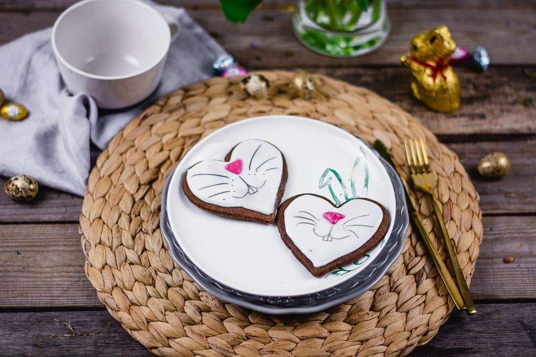 Zwei Osterhasen Kekse auf einem Teller