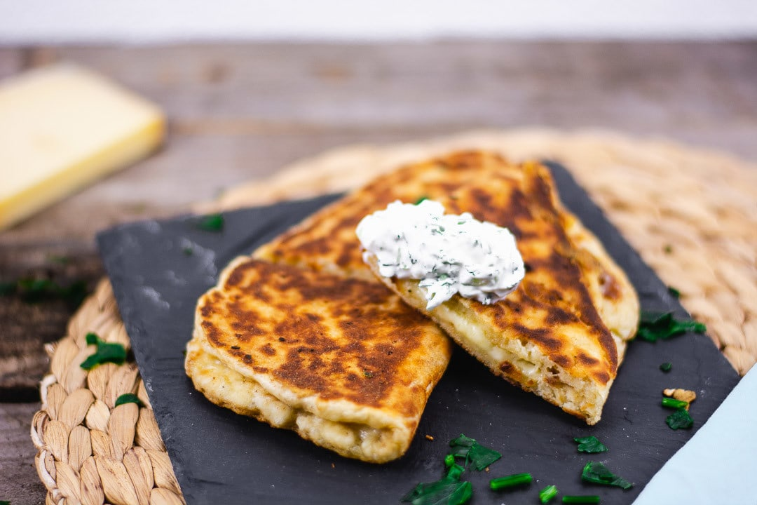 Ein Klecks von dem Dip auf dem Käse Naan
