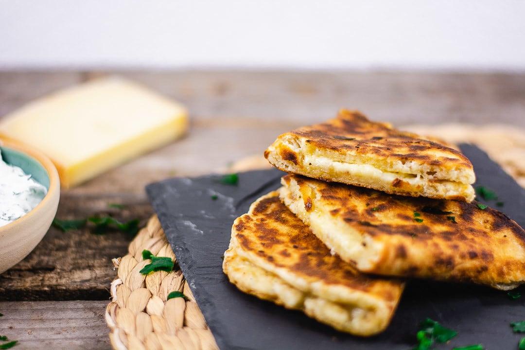 Drei Käse Naan auf einer Schieferplatte
