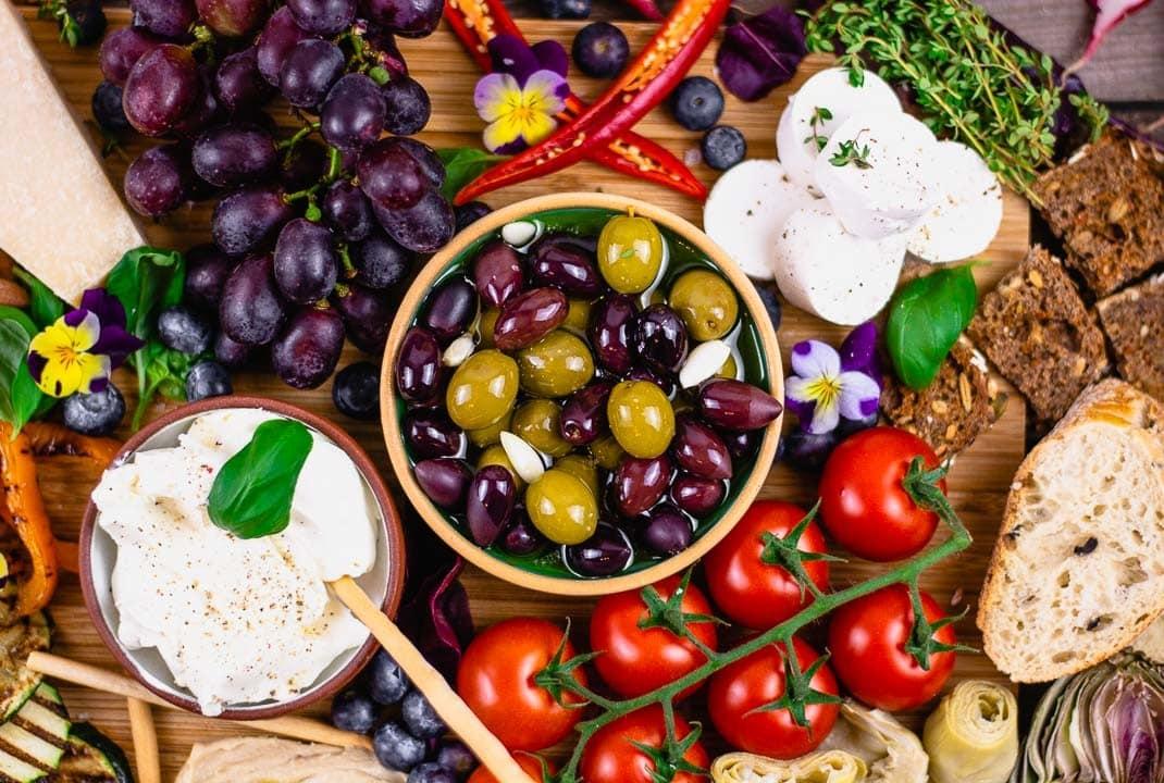 Oliven in Olivenöl und Ziegenkäse in der Nahaufnahme