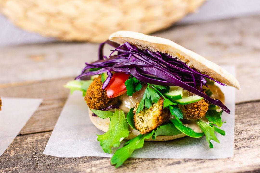 Ein Falafel Sandwich mit frischem Gemüse
