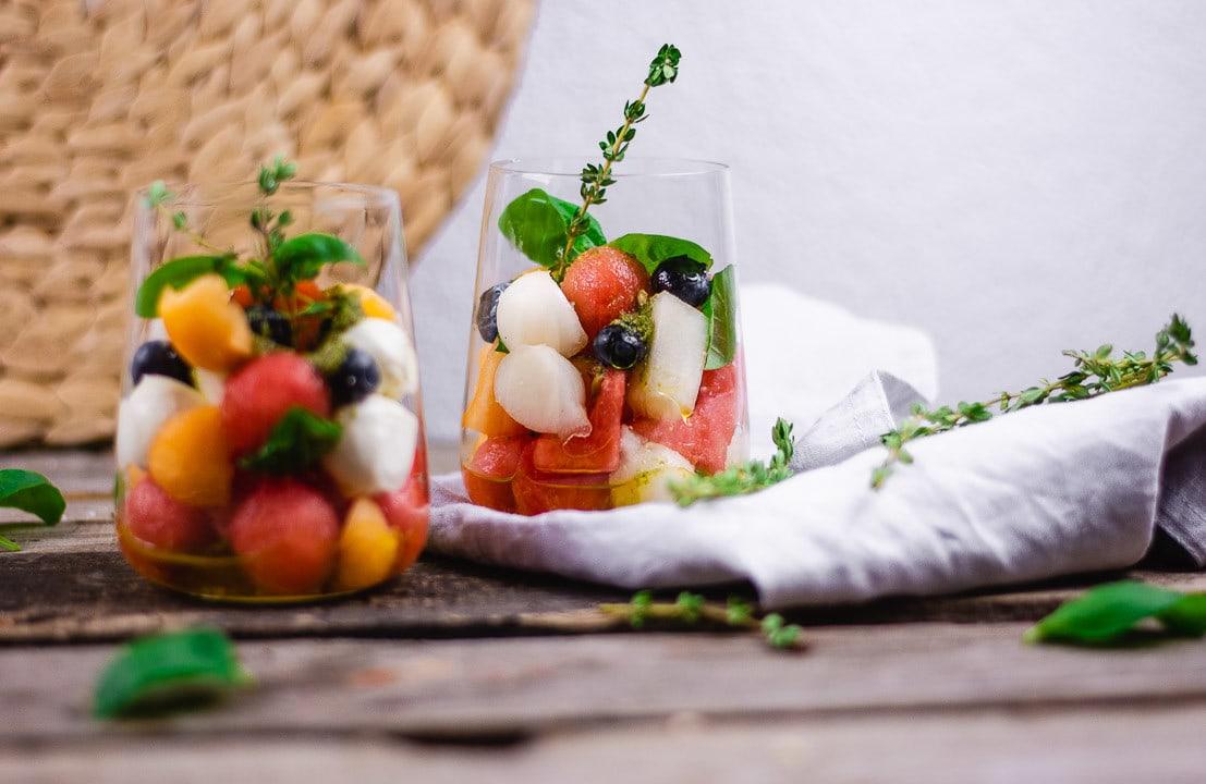 Zwei Salate im Glas