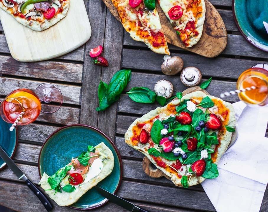 Eine Aufnahme von oben von der gegrillten Pizza