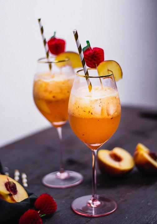 Zwei Pfirsich Cocktail in einem schönen rosa Glas
