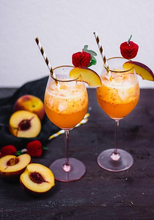 Zwei Bourbon Cocktails mit einer Scheibe Pfirsich