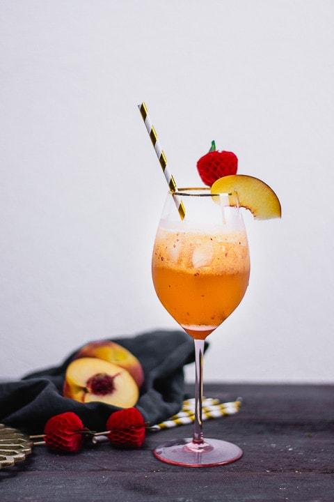 Ein Cocktail mit einer Scheibe Pfirsich